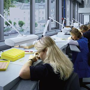 Primer osvetlitve delovne površine z univerzalnimi delovnimi svetili